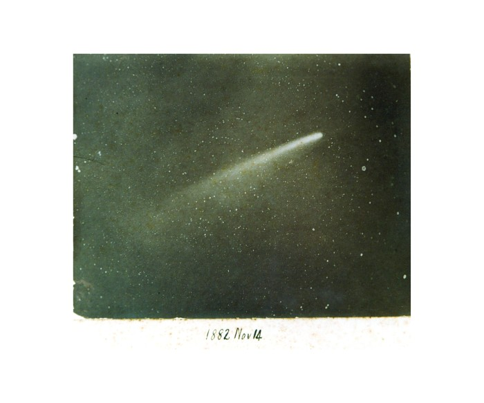 Astronom David Gill fotograferte denne kometen fra Cape Town i 1882 med assistanse fra en lokal fotograf utstyrt med et portrettobjektiv. Sammen laget de noen av verdens aller første fotografier av kometer.
