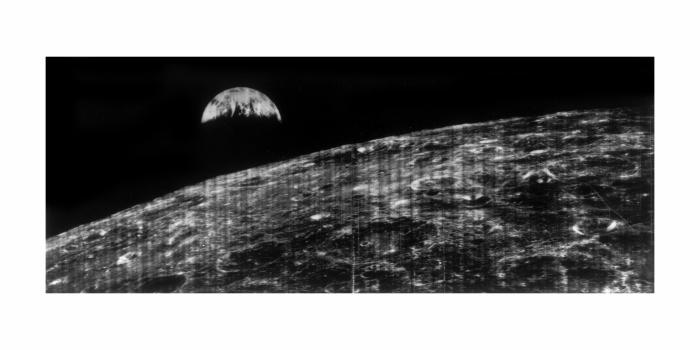 Det aller første publiserte bildet som viser jorden sett fra en romfarkost i nærheten av månen, fotografert i august 1966.