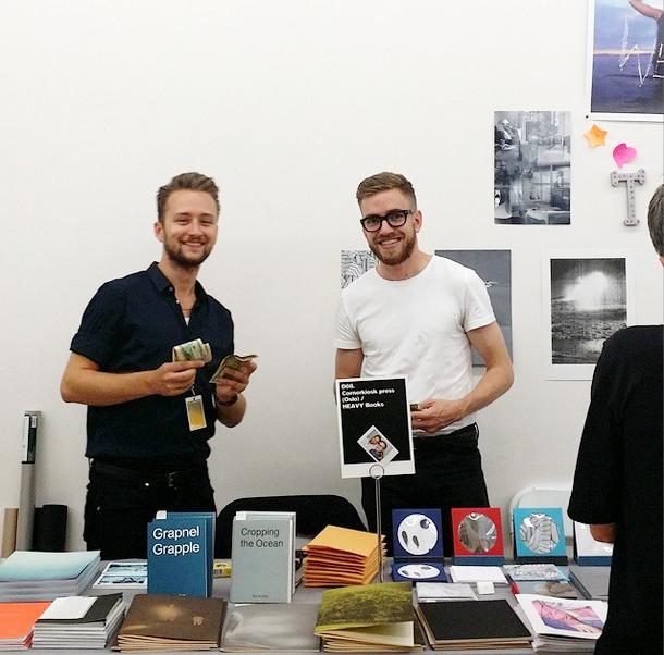 Bjarne Bare fra Cornerkiosk Press og Christian Tunge fra Heavy Books bak forlagenes felles stand.