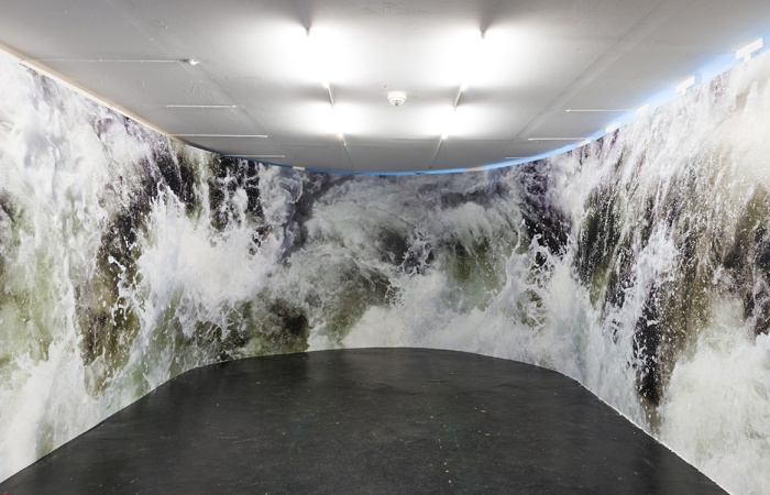 Behzad Farazollahi har fått bygget en kurvende vegg hvorpå utstillingens eneste fotografi er montert fra gulv til tak.