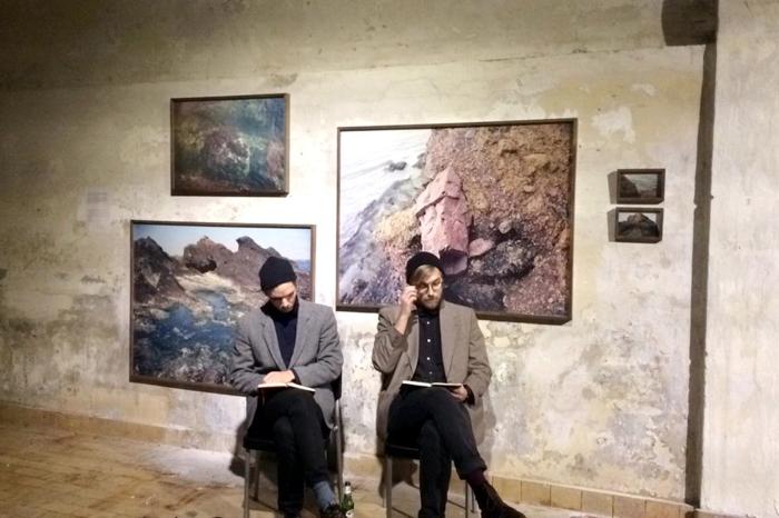 """Oscar Hagbard (t.v.) og Peter Dean under performance på utstillingen """"Del 3: Tidevannet"""" på Bergen Kjøtt 1. desember 2014. Foto: Michela Heim"""