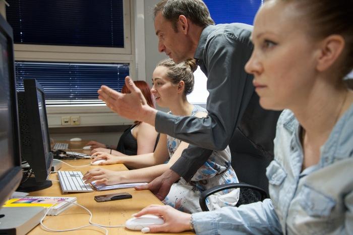 Lærer Morten Eckersberg underviser andreklasse i Photoshop.