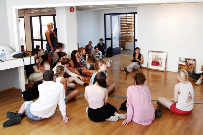 På Oslo Fotokunstskole får du praktisk erfaring med å lage utstillinger, her fra planlegging av årsutstilling i skolens lokaler.