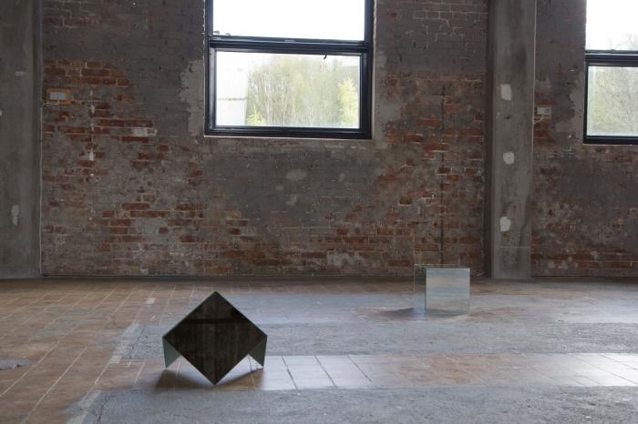 Andrea Johns −halvkuben & pyramiden. Installasjonsbilde fra avgangsutstillingen på Röda Sten Konsthall.