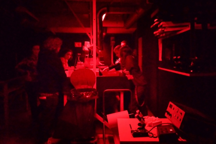 Gruppeundervisning i mørkerommet på Oslo Fotokunstskole.