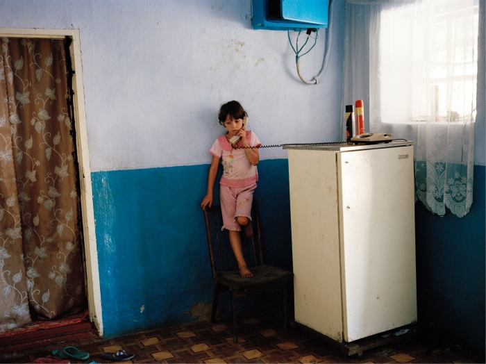 I boken Land Ohne Eltern (land uten foreldre) har Andrea Diefenbach (1974-) fotografert barn i Moldova, et av Europas fattigste land, som har foreldre som har måttet flytte fra familiene sine for å finne arbeid utenlands.