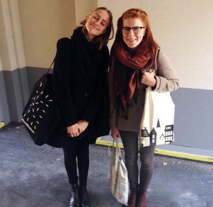 Åsne (t.h.) og medstudent Julie Anett Spangebu med totebags fulle av tidsskriftet Objektiv.