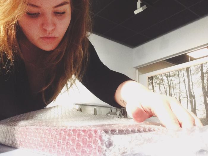 Avgangsstudent Anne Tharaldsen Haugen jobber som praktikant på fotogalleriet Shoot Gallery.