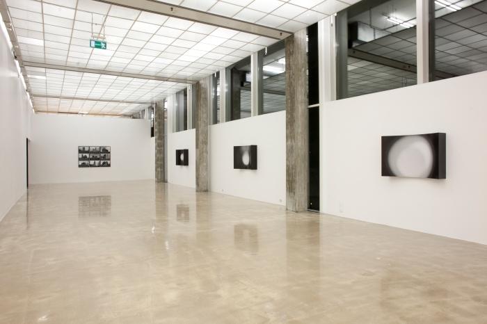 """Behzad Farazollahis """"Cut Circles"""" med Yamile Calderons """"Forms #1 - Forms #9"""" i bakgrunnen."""