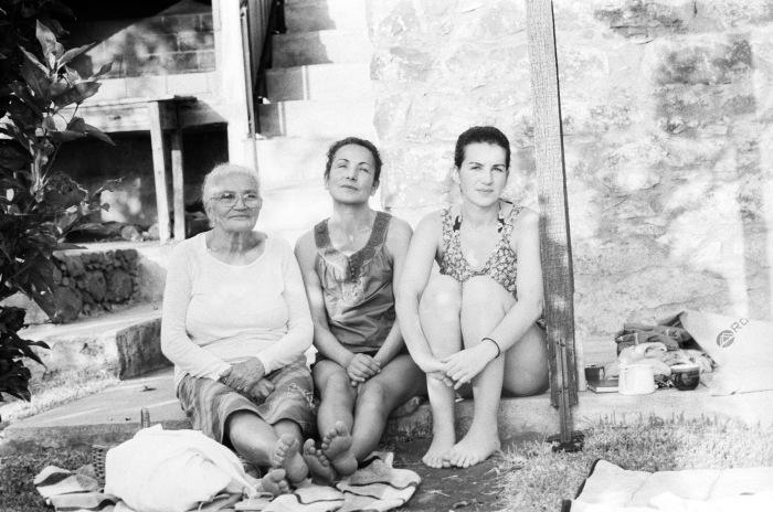 Frida (t.h.) sammen med mor og mormor på Madeira.