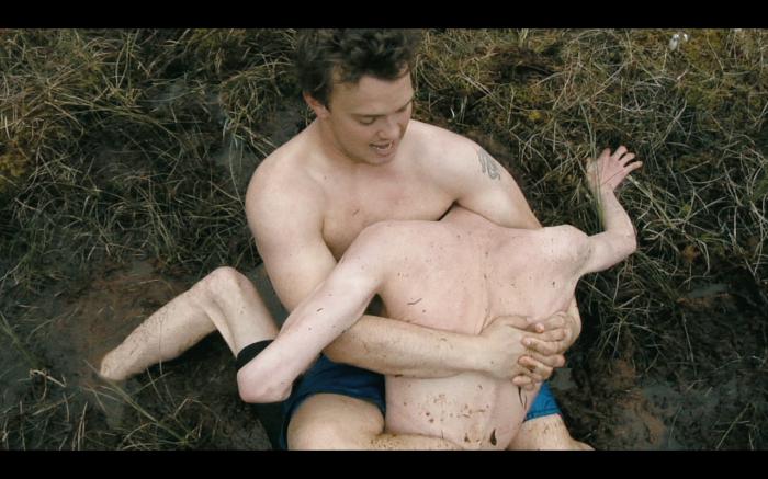 – Utgangspunktet for Demning var at jeg ville lage en film om innestengt aggresjon, pakket inn i møtet mellom to unge homofile menn som er ensomme nok til å gå på kompromiss med seg selv for at den andre personen skal passe som partner, sier regissør Paul Tunge.