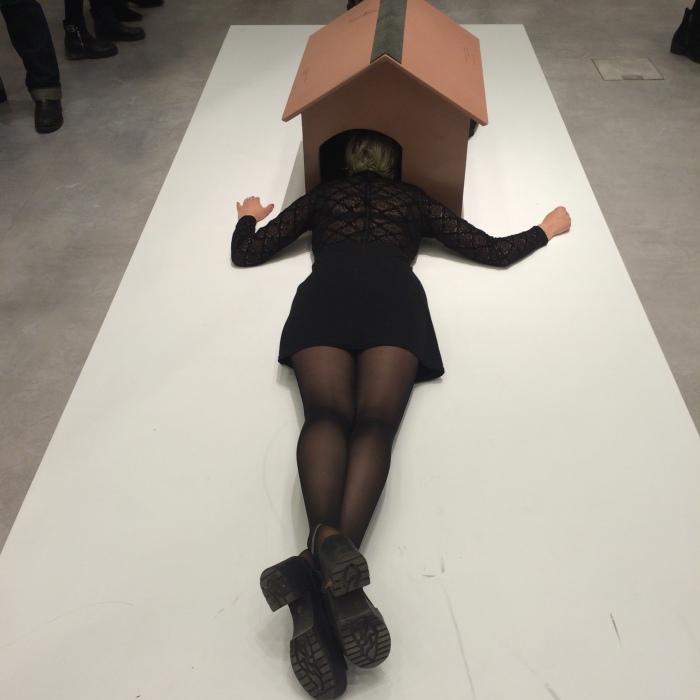 Fra utstillingsåpning på Berlinische Galerie , Museum of Modern Art med kunstner Erwin Wurm.
