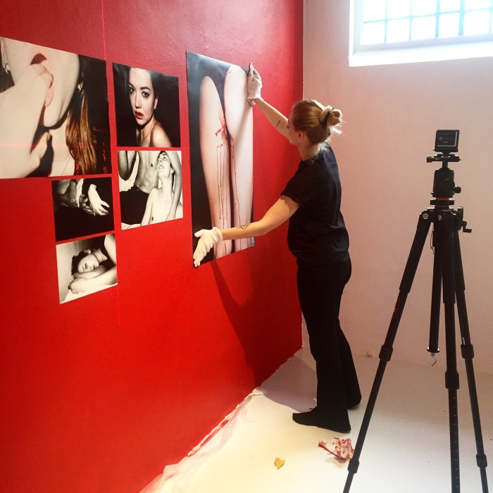 Marthe Bygdnes installerer sitt eksamensprosjekt på Interkulturelt museum.