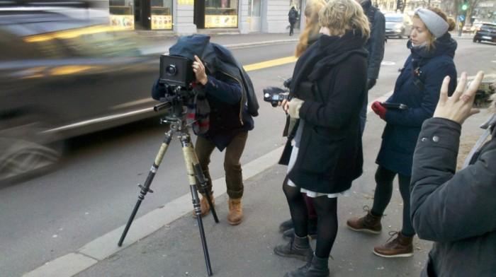 Mye av undervisningen på Oslo Fotokunstskole er praksisbasert, og du får blant annet erfaring med ulike kameratyper. Her fra undervisning i storformatfotografering på location.