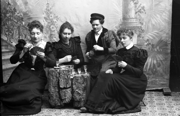 Bolette Berg og Marie Høeg, Marie Høeg og en gruppe kvinner spiller kort i studioet, ca 1895-1903. Tilhører Preus museums samling.