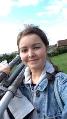 Eks-OFKS student Marthe Thu under fotoshoot som assistent for Dag Alveng.