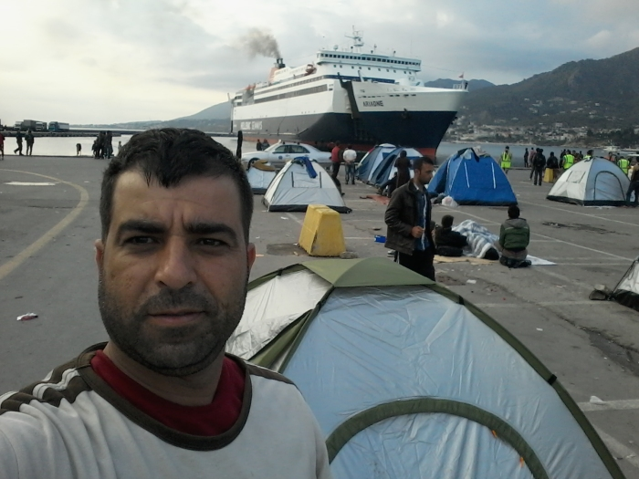 Samir Alhossein Almhaimd, Selfie foran teltet sitt ved en gresk ferje, 2015. Tilhører Preus museums samling.