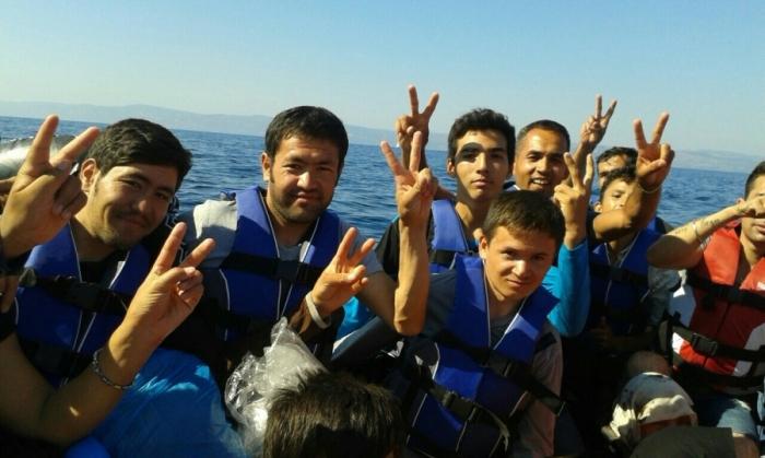 Fotograf ukjent, Ali Riza Mohammadi i båt på middelhavet sammen med andre flyktninger, 2015. Tilhører Preus museums samling.
