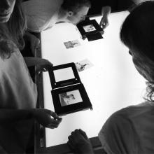Inspeksjon av negativer på lysbordet på Oslo Fotokunstskoles kveldsskole.