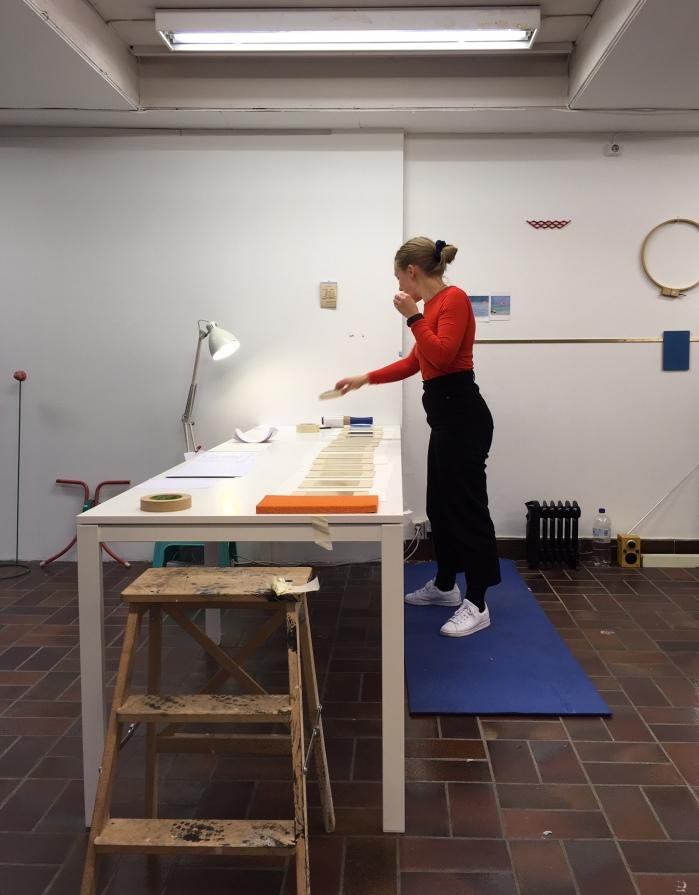 Solveig Lønseth på atelieret under arbeidet med prosjektet Op. cit. som vises i utstillingen Seeable/Sayable på Kunstnernes Hus.