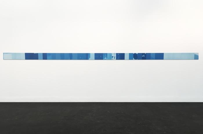 Det ferdige installerte verket består av 45 cyanotypier som danner en seks meter lang frise.
