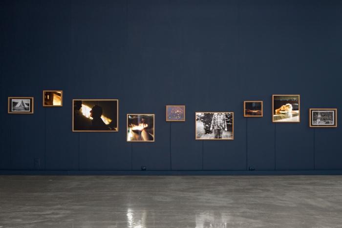 """Installasjonsfoto av prosjektet """"De krøp inn i sin fars søvn"""" av Marie Sjøvold på Kristiansand Kunsthall."""