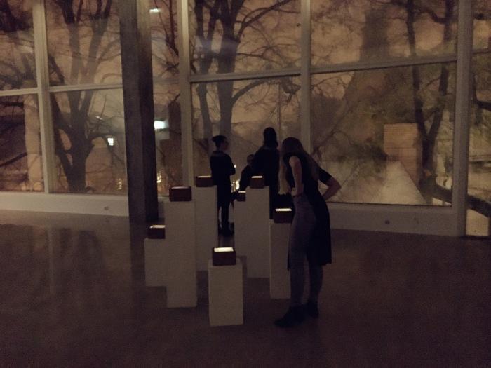 """""""In Person"""" av Marie Sjøvold, fra åpningen på Kristiansand Kunsthall."""