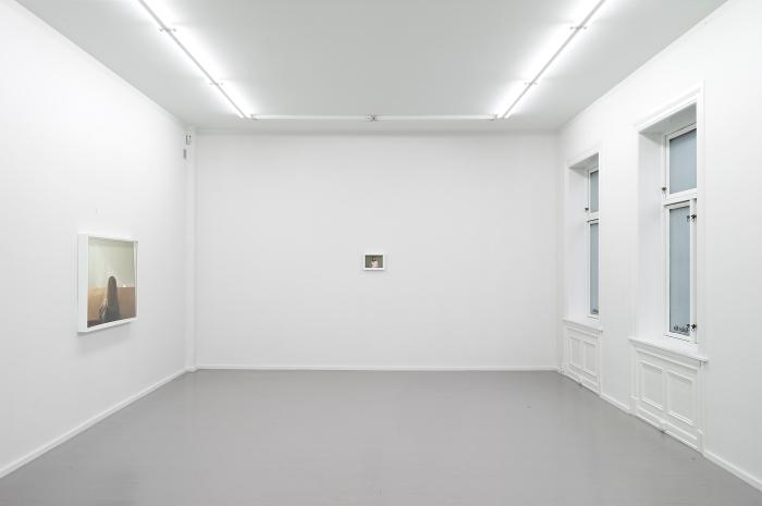 """Installasjonsfotografi fra utstillingen """"on closing in"""" på Galleri Riis, Oslo."""