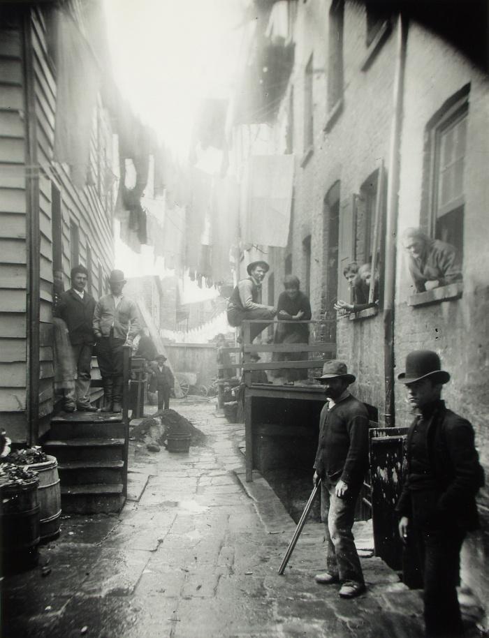 "Jacob Riis - ""Bandit's Roost"" 59 1/2 Mulberry Street, 1887. Foto: Nasjonalmuseet"