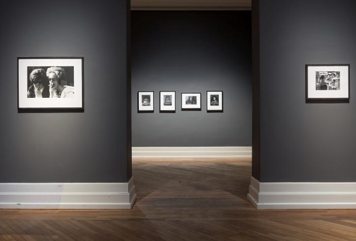 """Installasjonsfoto fra """"Snap. Dokumentar og portrett. Fotografier fra samlingen"""". Foto: Nasjonalmuseet / Frode Larsen"""